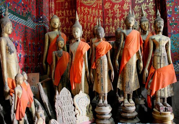 Những bức tượng Phật bên trong Wat Xieng Thong – một trong những ngôi đền quan trọng nhất Lào được xây dựng năm 1560. Tất cả bức tượng đều được chạm trổ vô cùng tỉ mỉ và tinh tế.