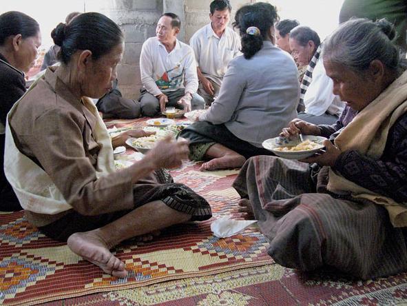 Du khách cũng có thể xuống thuyền để tham quan làng Ban Cha – một làng gốm với gần 65 hộ gia đình sinh sống. Hình ảnh là quang cảnh buổi tiệc chào đón một đứa vé vừa chào đời của người dân làng Ban Cha.