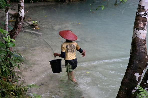 Một người đàn ông đang câu cá dưới thác Kuang Si – cách Luang Prabang khoảng 22 dặm.