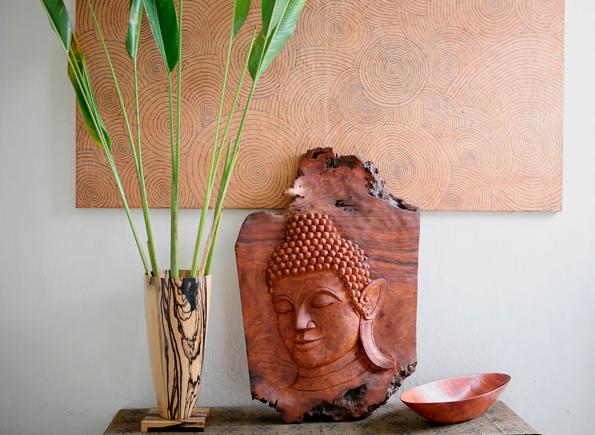 Caruso Lao Home Craft trông giống như một phòng triển lãm hơn là cửa hàng. Chủ nhân của nó là Sandra Yuck – người dành suốt thời gian của mình để tìm kiếm những tuyệt tác của các thợ điêu khắc, thợ tiện, thợ bạc và thợ dệt.