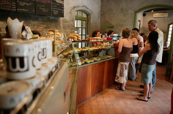 JoMa Bakery là tiệm bánh nổi tiếng, nơi mà du khách có thể thưởng thứ món bánh nướng thơm ngon cùng một tách cà phê Lào thượng hạng.
