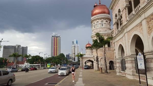 Khách du lịch tới Malaysia nên di chuyển bằng xe bus và tàu điện.