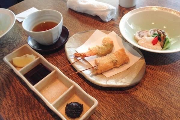 Tuy nhiên, để đảm bảo hương vị, các món ăn thường được dùng kèm với các loại nước tương không dậy mùi, wasabi, dưa chua, gừng thái lát hoặc sốt chua vị cam quýt...