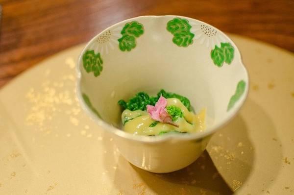 Đầu bếp Nhật luôn cầu kỳ trong việc lựa chọn đĩa đựng thức ăn, trong đó chất liệu ưa thích là gốm cổ và sơn mài với nhiều màu sắc, hình dạng khác nhau. Thậm chí, những chiếc bát trong nhà hàng ở Kyoto có tuổi đời lên tới 200 năm. Ngoài ra, họa tiết trên bát phải tượng trưng cho mùa, ví dụ những mẫu in hình lá non sẽ được sử dụng vào mùa xuân như sự đâm chồi nảy lộc.