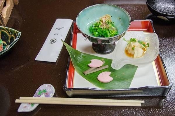 Ẩm thực Nhật có rất nhiều quy tắc và nghi thức, ví dụ như bạn chỉ lịch sự khi ăn mì tạo thành tiếng, nhưng lại không được phép gây tiếng động khi dùng súp với cơm; hay không được đặt đũa trên bát, thay vì thế hãy sử dụng miếng kê đũa bên cạnh.