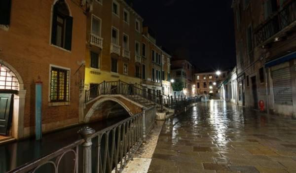Một con đường vắng vẻ về đêm ở Venice - Ảnh: escapehere