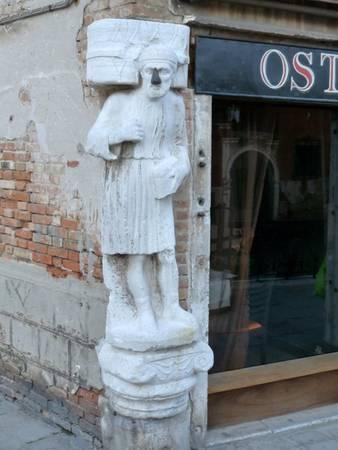 Tượng một trong ba gian thương, chủ lâu đài Mastelli, bị hóa đá - Ảnh: wiki