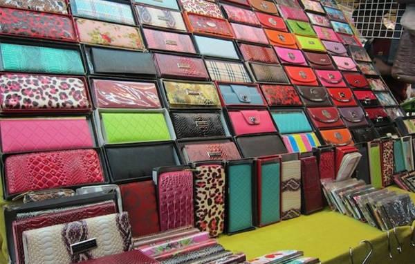 Các loại ví nhái được bày bán la liệt ở chợ đêm Silom.