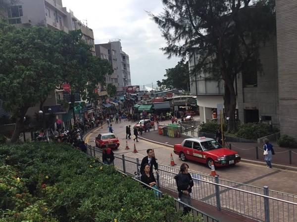 Stanley market - một khu thương mại kết hợp flea market. Nơi này có bến tàu cổ được xây dựng từ đầu thế kỷ để phục vụ Toàn quyền Hong Kong và ngôi nhà đá cổ giờ thành cửa hàng của H&M.