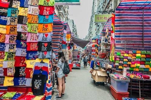Chợ Quý Bà - thiên đường 'hàng hiệu' giá bình dân tại Hong Kong Đến Ladies Market, du khách có thể tìm thấy tất cả những món đồ bình dân cho đến các nhãn hàng cao cấp với mức giá rất dễ chịu. Cách thưởng thức dim sum như người Hong Kong / Các điểm check-in nổi tiếng châu Á và lý giải phong thủy huyền bí cho-quy-ba-thien-duong-hang-hieu-gia-binh-dan-tai-hong-kong Ngày nay, Hong Kong là một trong những điểm du lịch hấp dẫn nhất trên thế giới. Và khi đến đây, chắc chắn bạn không thể bỏ qua cơ hội ghé thăm khu phố nổi tiếng với tên gọi phố Quý Bà, hay chợ Quý Bà (Ladies Market). Hiện nay, khu chợ này nằm ở phía nam đường Tung Choi thuộc khu vực trung tâm Mong Kok, Cửu Long sau khi chuyển địa điểm từ phố Chùa (Temple Street) ở Yau Ma Tei.