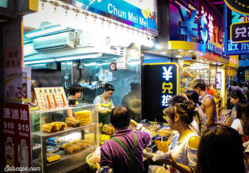 Ngay bên ngoài khu chợ Quý Bà cũng có rất nhiều sạp hàng ăn phục vụ tất cả các món ăn địa phương vô cùng tươi ngon và hấp dẫn. Ngoài ra, cửa hàng McDonalds và Starbucks cũng xuất hiện ở đây để phục vụ các tín đồ fastfood. Ảnh: Escape.
