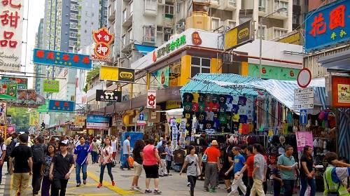 Mạng lưới giao thông ở Hong Kong rất phát triển, vì vậy du khách có thể di chuyển rất dễ dàng từ bất cứ địa điểm nào. Tuy nhiên, có hai cách thuận tiện nhất để đến Ladies Market. Một là: Bắt một chuyến MTR (hệ thống tàu cao tốc) đến ga Mong Kok, cửa ra E2, sau đó đi bộ qua hai dãy nhà dọc phố Nelson.