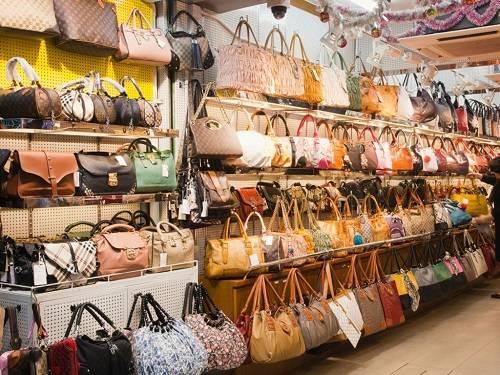 Ở Ladies Market, bạn có thể tìm thấy tất cả các nhãn hiệu thời trang. Ngoài những đồ vật nhỏ, có rất nhiều quầy bày bán những món đồ hàng hiệu, từ túi xách LV, Gucci đến quần áo Burberry hay đồng hồ Rolex... Tất nhiên, chúng đều là hàng nhái có chất lượng không cao nhưng bù lại giá thành rất dễ chịu.