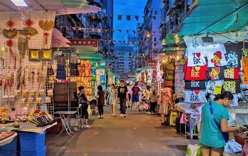 Chợ Quý Bà mở cửa từ 12h30 chiều đến 11h đêm hàng ngày. Thời điểm thích hợp nhất để ghé thăm và mua sắm ở đây là vào khoảng đầu giờ chiều. Lúc này, khu chợ chưa có đông người, vì thế bạn sẽ có nhiều thời gian để ngắm và chọn đồ hơn, người bán cũng sẽ tư vấn nhiệt tình hơn.