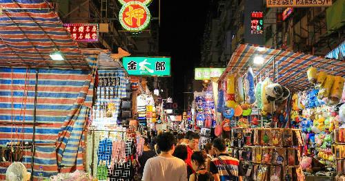 Vào buổi tối, đặc biệt là cuối tuần và ngày lễ, khu chợ thường chật kín bởi cả người dân địa phương và khách du lịch. Vì vậy, hãy chọn cho mình một lịch trình thích hợp để có thể khám phá tối đa địa điểm thú vị này. Bên cạnh đó, du khách cũng nên chú ý xung quanh để đảm bảo an toàn cho bản thân và tài sản của mình.