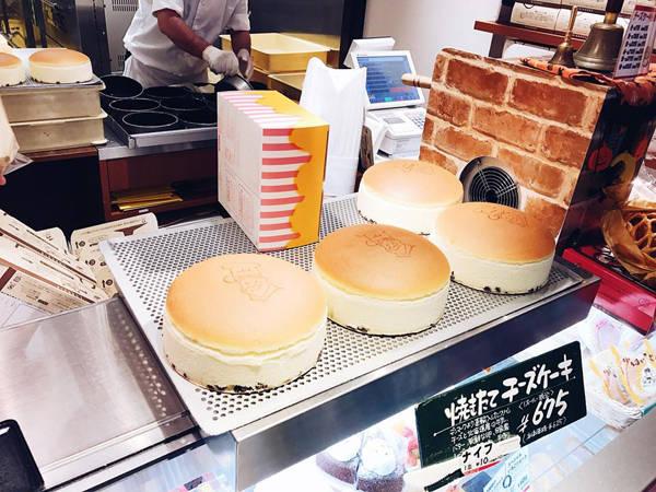 """Bánh cheesecake mà Thúy gọi là """"thần thánh"""" ở Osaka được làm ngay tại chỗ."""