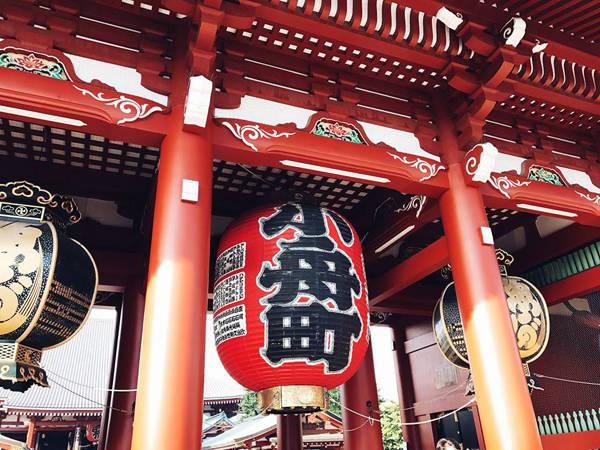 """""""Đi dạo ở những con đường nhỏ ở Nhật, bạn sẽ thấy một Tokyo rất khác, không xô bồ, bon chen và ồn ào, ghé vào những hiệu sách ven đường tìm mua vài quyển manga yêu thích"""", Thúy chia sẻ."""