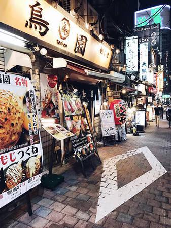 """Cô nàng và ông xã """"lê la"""" khắp các quán xá và đưa ra review rất chi tiết về các món nên ăn hay hàng quán nào nên ghé ở cả 3 thành phố là Tokyo, Kyoto và Osaka."""