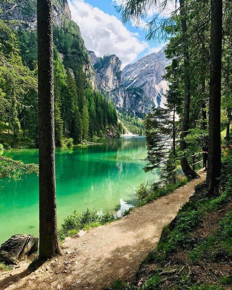 man-nhan-voi-lan-nuoc-trong-veo-tai-ho-Prags-vien-ngoc-quy-cua-day-Alps-ivivu-3
