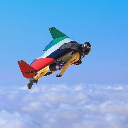 Hoàng tử biến thành jetman với cánh máy bay phản lực, một trong những phát minh tân tiến nhất của thế kỷ 21. Ảnh: Instagram.