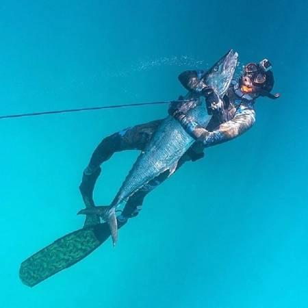 Hoàng tử Hamdan cũng thích lặn biển và bắt cá tay không. Ảnh: Instagram.