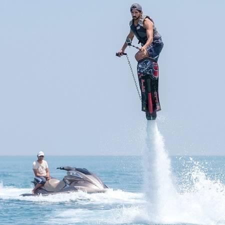 Hoàng tử là người thức thời trong việc cập nhật những xu hướng công nghệ mới như môn ván lượn trên nước. Ảnh: Instagram.
