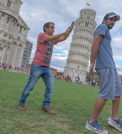 Mặc dù có xuất thân hoàng tộc, hoàng tử rất giản dị trong cuộc sống đời thường. Hamdan tạo dáng vui nhộn bên tháp Pisa, Italy.