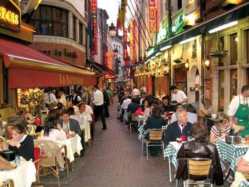 Phố ăn uống Rue de Boucherie lúc hoàng hôn